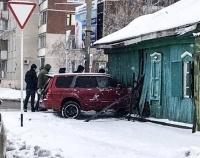В Павлодаре автомобиль протаранил частный дом