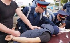 В Павлодаре подозреваемых в краже 1,5 миллиона тенге арестовали прямо на проезжей части