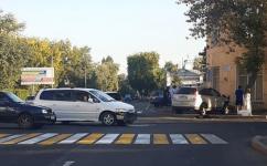 Легковушка в результате ДТП заехала на тротуар возле административного здания в Павлодаре