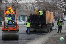 В Павлодаре приступили к ямочному ремонту дорог