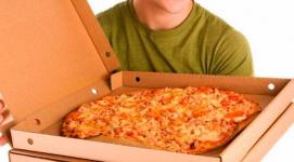 Экибастузская пиццерия уволила курьера, плевавшего на пиццу