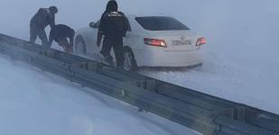 Из-за метели в Павлодарской области на трассах застревали автомобили