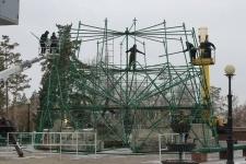 Строители приступили к монтажу главной елки города.