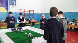 Роботы сыграли в футбол и сразились на ринге в павлодарской школе