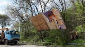 В Алматы начали демонтировать рекламные билборды