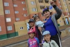 Бердибек Сапарбаев вручил ключи от квартир 19 семьям, переехавшим из Нур-Султана в Экибастуз