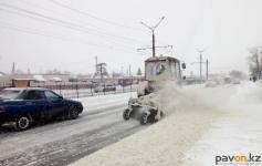 От последствий очередного снегопада коммунальные службы очищают город