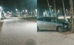 В Павлодаре автомашина протаранила забор и въехала на территорию парка Афганцев
