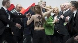 Femen разделись перед Путиным и Меркель на ярмарке в Ганновере