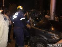 В Алматы произошло смертельное ДТП: людей зажало в искореженном автомобиле (фото)