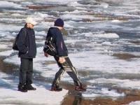 Павлодарские спасатели сняли со льда четверых детей