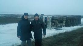 Аким заночевал в степи ради водителя перевернувшейся фуры в Актюбинской области