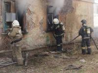 Пожар произошел в старой двухэтажке в Павлодаре