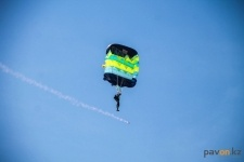 Павлодарские парашютисты одарили гостей Ұлы Дала Елі небесным шашу