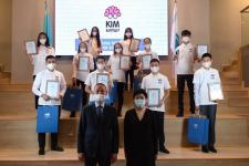"""Две выпускницы из Аксу показали отличные знания в международном онлайн-турнире среди старшеклассников """"Кто умнее?"""""""
