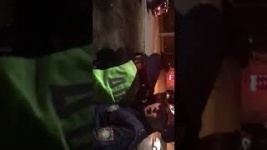 """В Павлодаре полицейские скрутили прохожего за """"видеосъемку и хождение по газону"""""""