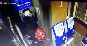 Камеры наблюдения сняли неизвестного, устроившего взрыв банкомата в Аксу