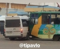 В Павлодаре трамвай протаранил маршрутку