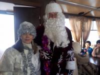 Дед Мороз и Снегурочка поздравляют маленьких пассажиров трамваев в Павлодаре