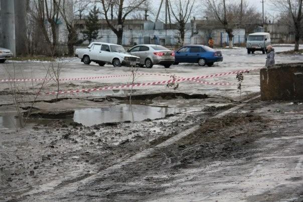 В Костанае сразу несколько машин провалились под землю (фото)
