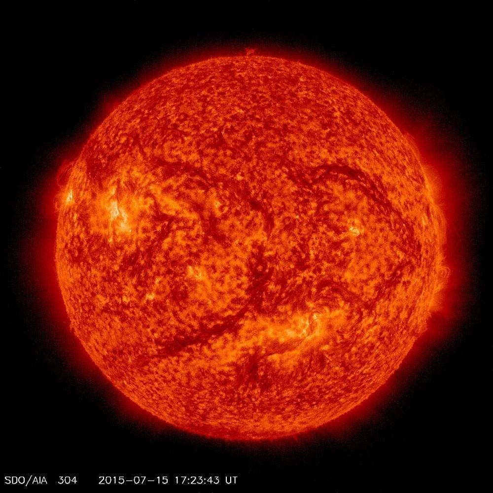 Изображение Солнца 15 июля 2015 года на длине волны 304 ангстрема, полученное миссией NASA Solar Dynamics Observations. Источник: NASA / SDO