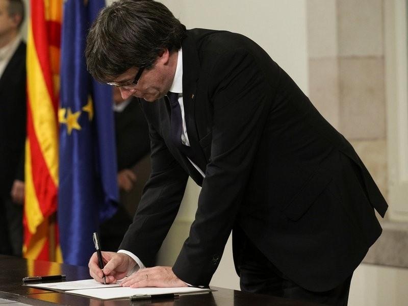 Фотография - Глава Каталонии подписал декларацию независимости